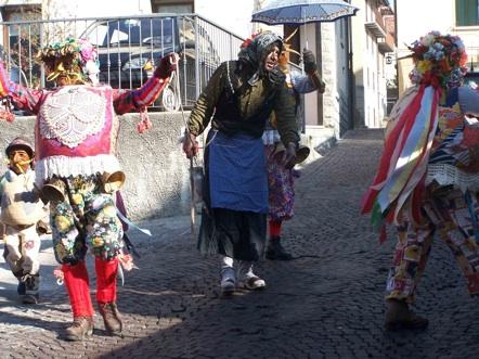 Karneval in Schignano mit den Schönen + den Hässlichen oberhalb vom Comer See
