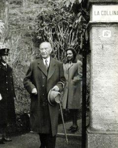 Konrad Adenauer vor dem Eingang zur Villa La Collina am Comer See