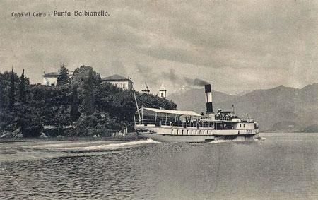 Der Raddampfer Plinio fährt auf dem Comer See an der Villa Balbianello vorbei