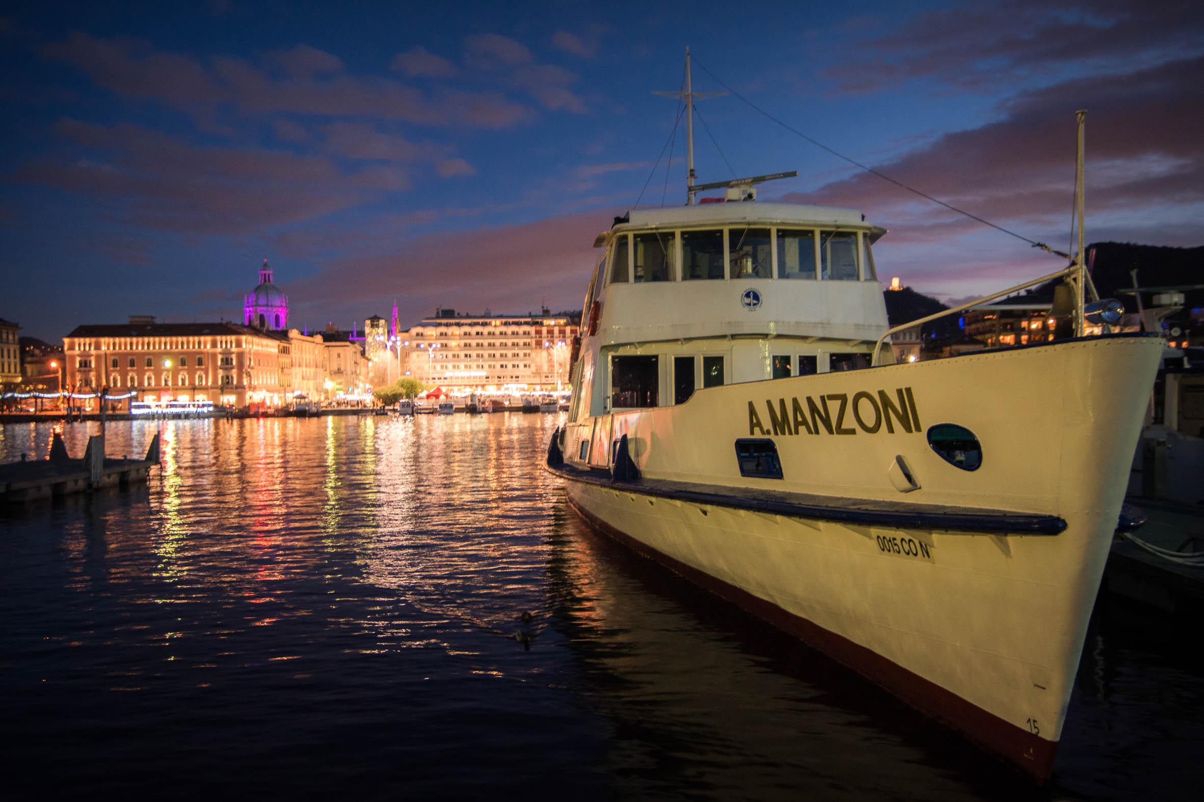 Motorschiff Manzoni mit Blick auf die Piazza Cavour von Como und den Lichtern der Città dei Balocchi in der Vorweihnachtszeit