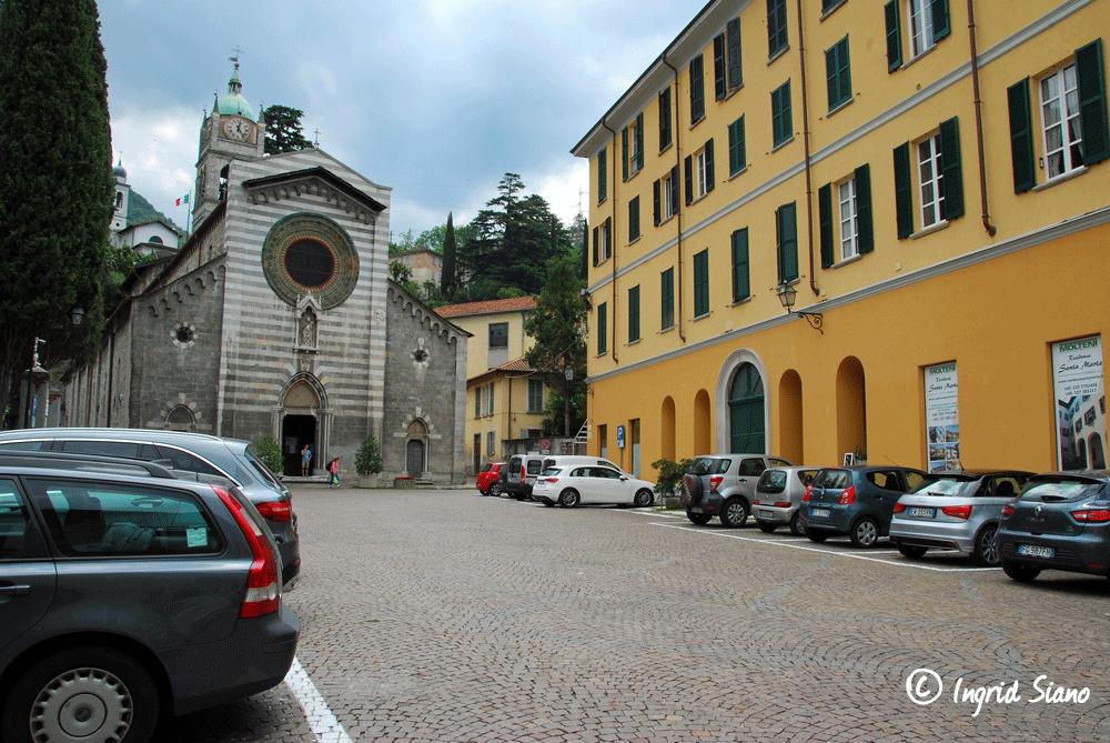 Reduzierte Parkplätze an der Piazza San Giorgo in Bellano am Comer See