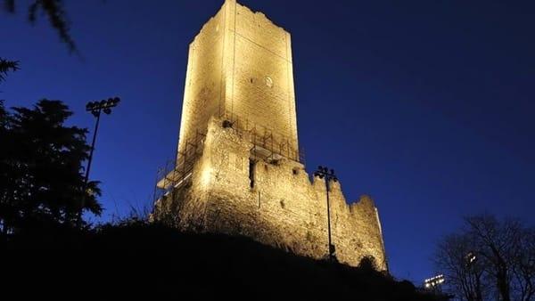 Castello Baradello bei Nacht in Como am Comer See