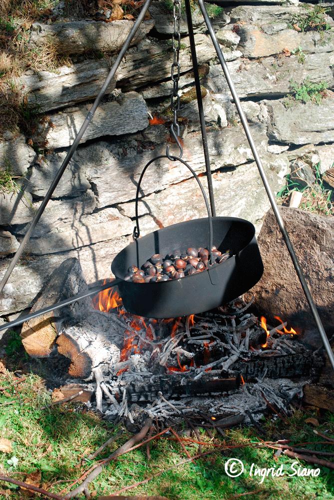 Esskastanien-werden-im-Kessel über dem Feuer-geröstet