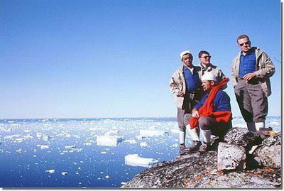 Graf Guido Monzino auf einer Expedition, ganz rechts mit Sonnenbrille